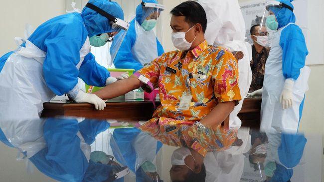 Karyawan yang berkerja di Pemerintah Kota (Pemkot) Solo mengikuti rapid test di Kantor Dinas Kesehatan Kota Solo, Jawa Tengah, (27/5/2020). Selain karyawan Pemkot Solo, rapid test dengan metode serum atau darah lipat siku (whole blood) tersebut juga diikuti puluhan wartawan di Solo untuk mengantisipasi penyebaran COVID-19. ANTARA FOTO/Maulana Surya/aww.