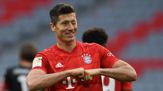 Bayern Munich's Polish forward Robert Lewandowski reacts after scoring his 4-0 during the German first division Bundesliga football match FC Bayern Munich v Fortuna Duesseldorf on May 30, 2020 in Munich, southern Germany. (Photo by Christof STACHE / various sources / AFP) / DFL REGULATIONS PROHIBIT ANY USE OF PHOTOGRAPHS AS IMAGE SEQUENCES AND/OR QUASI-VIDEO