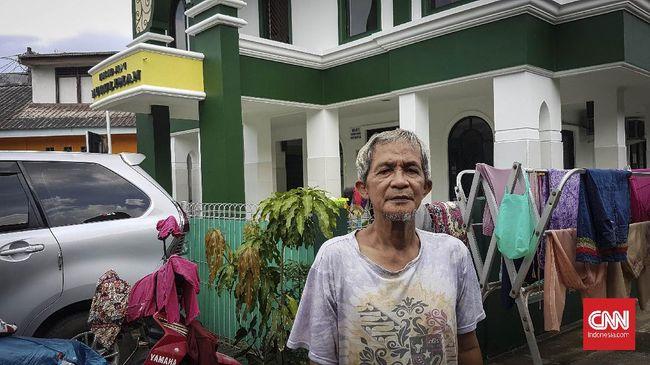 Surono (67), marbot Masjid Jami Nurul Iman, Kota Bekasi, mengaku sedih dengan kondisi masjid yang sepi karena pembatasan kegiatan keagamaan di tempat ibadah. Pembatasan kegiatan keagamaan di tempat ibadah merupakan anjuran pemerintah dalam upaya mencegah penyebaran virus corona.