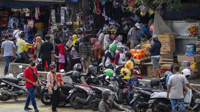 Warga memilih mainan tanpa menjaga jarak di Pasar Gembrong, Jatinegara, Jakarta Timur, Minggu (31/5/2020). Meski penerapan masa Pembatasan Sosial Berskala Besar (PSBB) di DKI Jakarta masih berlaku namun pasar yang khusus menjual pernak-pernik mainan anak ini kembali dipadati warga. ANTARA FOTO/Dhemas Reviyanto/foc.