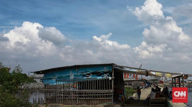 Warga menghabiskan libur pasca lebaran dengan berwisata di Pantai Marunda, Jakarta Utara, Minggu (31/5/2020). Pantai Marunda menjadi lokasi wisata alternatif penganti Pantai Ancol yang ditutup sejak 14 Maret 2020 lalu dan diperpanjang menyusul pemberlakuan PSBB  di DKI Jakarta akibat pandemi Covid-19. CNN Indonesia/Andry Novelino