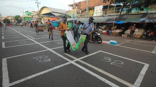 Tiga indikator kesehatan masyarakat di Surabaya membaik dari sebelumnya sehingga ibu kota Jatim itu saat ini berstatus zona oranye covid-19.