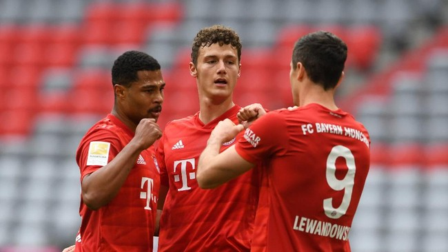 (L-R) Bayern Munich's German midfielder Serge Gnabry, Bayern Munich's French defender Benjamin Pavard and Bayern Munich's Polish forward Robert Lewandowski celebrate the 1-0 during the German first division Bundesliga football match FC Bayern Munich v Fortuna Duesseldorf on May 30, 2020 in Munich, southern Germany. (Photo by Christof STACHE / various sources / AFP) / DFL REGULATIONS PROHIBIT ANY USE OF PHOTOGRAPHS AS IMAGE SEQUENCES AND/OR QUASI-VIDEO