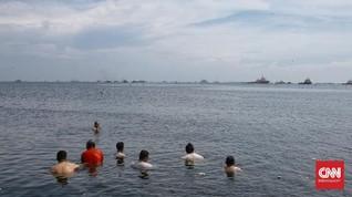 FOTO: Pantai Marunda, Pelipur Lara Tutupnya Pantai Ancol