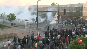 VIDEO: Aparat Semprot Gas Air Mata Bubarkan Aksi Protes Floyd