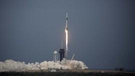Roket SpaceX Meluncur ke Luar Angkasa dengan 2 Astronot