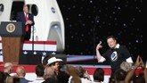 CAPE CANAVERAL, FLORIDA - MAY 30: U.S. President Donald Trump acknowledges Spacex founder Elon Musk (R) after the successful launch of the SpaceX Falcon 9 rocket with the manned Crew Dragon spacecraft at the Kennedy Space Center on May 30, 2020 in Cape Canaveral, Florida. Earlier in the day NASA astronauts Bob Behnken and Doug Hurley lifted off an inaugural flight and will be the first people since the end of the Space Shuttle program in 2011 to be launched into space from the United States.   Joe Raedle/Getty Images/AFP