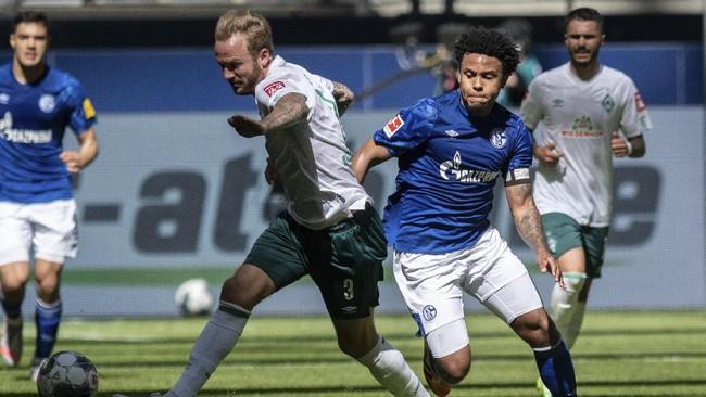 Schalke's Weston McKennie wears an armband reading