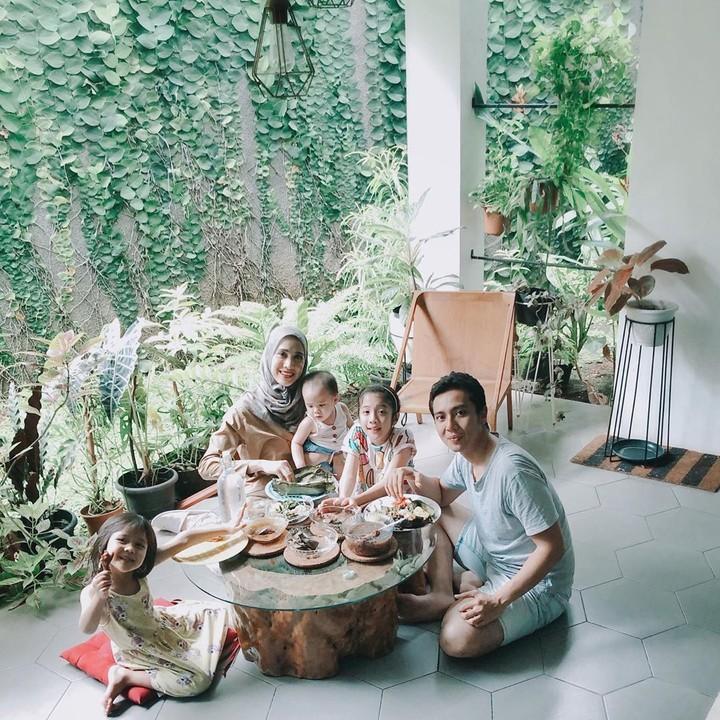 Fanny Fabriana bersama suami dan 3 anaknya