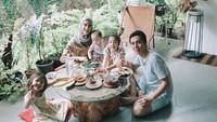 <p>Kegiatan seru Fanny Fabriana di rumah bersama keluarga. Makannasi bakar cumi sambil lesehan.(Foto: Instagram @fannyfabriana)</p>