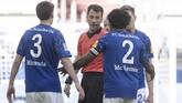 Schalke's Weston McKennie wears an armband with the words
