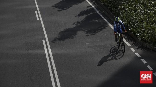 Pengendara sepeda melintas di kawasan Sudirman-Thamrin, Jakarta, Senin, 1 Juni 2020. Bersepeda menjadi alternatif olahraga bagi warga semenjak berlakunya status PSBB yang berdampak pada tutupnya sejumlah fasilitas olahraga di Jakarta. CNN Indonesia/Bisma Septalisma