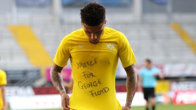 Dortmund's English midfielder Jadon Sancho shows a