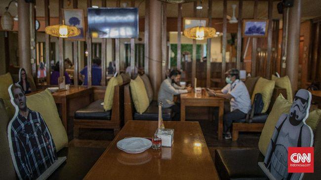 Suasana di Rumah Makan Bumi Aki, Pajajaran, Bogor, Jawa Barat, Selasa, 2 Juni 2020. Sejumlah restoran dan rumah makan di Kota Bogor mulai membuka layanan makan di tempat dengan protokol kesehatan ketat setelah penerapan PSBB Kota Bogor memasuki masa transisi hingga 4 Juni 2020 guna mencegah penyebaran Covid-19. CNN Indonesia/Bisma Septalisma