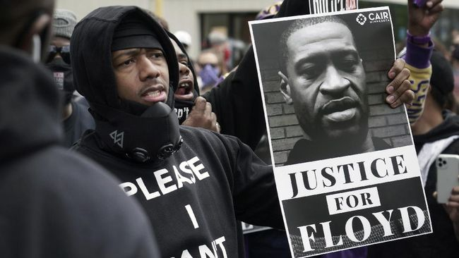 Actor and comedian Nick Cannon celebrates the memory of George Floyd and demand justice outside the Cup Foods store on Chicago Avenue, Friday, May 29, 2020 in Minneapolis. (Brian Peterson/Star Tribune via AP)
