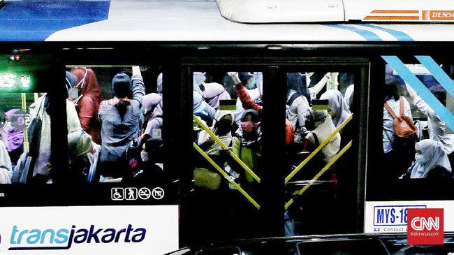 Jelang New Normal kemacetan sudah terjadi di jalan Mampang Prapatan. Jakarta Selatan. Selasa (02/6/ 2020). Pemerintah masih memberlakukan PSBB sampai dengan tanggal 4 Juni 2020. CNN Indonesia/Andry Novelino)