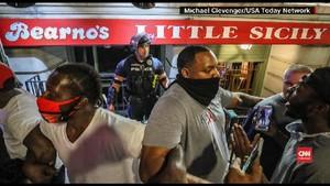 VIDEO: Aksi Polisi Dukung Demo Kematian George Floyd