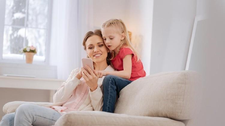 Orang tua menggunakan ponsel atau gadget depan anak