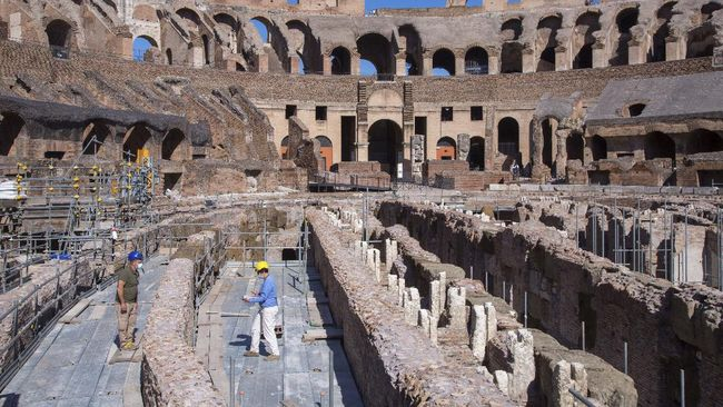 Seorang turis asal Irlandia ditangkap setelah ketahuan menuliskan inisial namanya salah satu sudut Colosseum, Roma, Italia