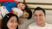 <p>Foto bareng mama dan papa, Juna dan Kai tetap lengket ya. Kai nampaknya juga senang banget peluk Kakak Juna. (Foto: Instagram @titikamall)</p>