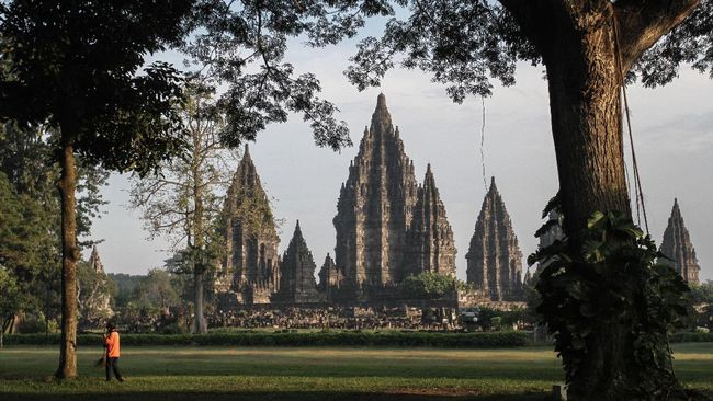PT TWC mengembangkan paket wisata bersepeda dengan rute Candi Prambanan-Candi Borobudur.