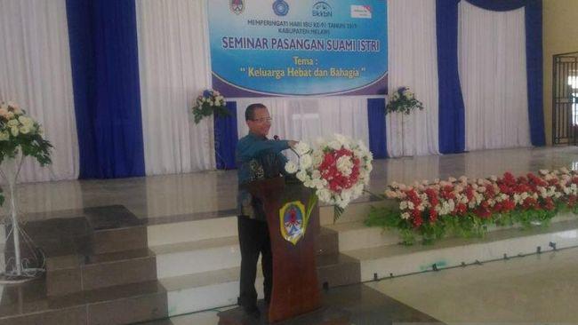 Bupati Melawi, Panji membuka seminar pasangan suami istri se-Kabupaten Melawi di Pendopo Bupati Melawi, Minggu (1/12).  (ANTARA/Slamet Ardiansyah)