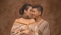 <p>Memilih tema tradisional, foto Chelsea Olivia dan Glenn ini terlihat hangat ya, Bunda. (Foto: Instagram @glennalinskie)</p>
