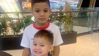 <p>Terpaut usia 4 tahun, Juna dan Kai selalu terlihat akur-akur ya, Bunda. Juna pun terlihat sangat menyayangi adiknya nih. (Foto: Instagram @titikamall)</p>