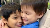 <p>Dalam segala suasana, dua anak Titi Kamal selalu nampak akur ya, Bunda. Berpelukan lagi nih. (Foto: Instagram @titikamall)</p>