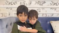 <p>Merayakan Lebaran tahun ini di rumah saja. Kai dan Juna kompak pakai baju yang sama. <em>So sweet!</em> (Foto: Instagram @titikamall)</p>