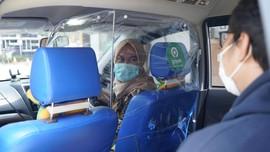 Ikuti Adaptasi Ojol, Taksi Online Gunakan Sekat Plastik