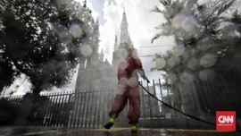 FOTO: Sterilisasi Istiqlal dan Katedral Jelang New Normal