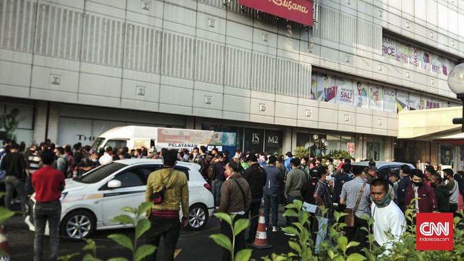 Terjadi antrean perpanjangan Surat Izin Mengemudi (SIM) di Mall Metropolitan kota Bekasi