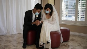FOTO: Janji Suci Pernikahan di Balik Masker