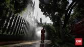 Petugas damkar DKI Jakarta menyemprotkan cairan disinfektan di tempat ibadah Masjid Istiqlal dan Gereja Katedral, Jakarta, Rabu (3/6/2020). Langkah ini dilakukan sebagai upaya preventif dalam mendukung kebijakan pemerintah yang akan segera menerapkan kenormalan baru di tengah pandemi Covid-19.