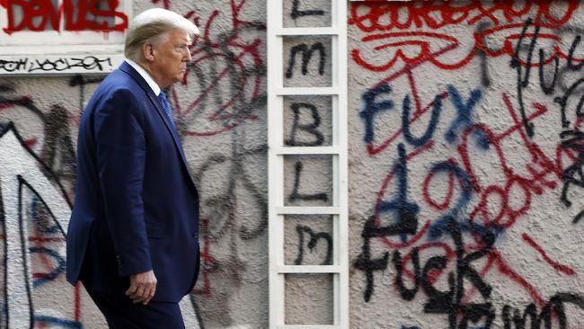 EDS NOTE: OBSCENITY - President Donald Trump walks from the White House through Lafayette Park to visit St. John's Church Monday, June 1, 2020, in Washington. (AP Photo/Patrick Semansky)