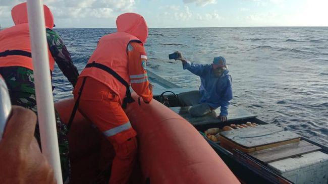 Seorang nelayan memperlihatkan foto kapal yang setengah tenggelam di Perairan Wakatobi.