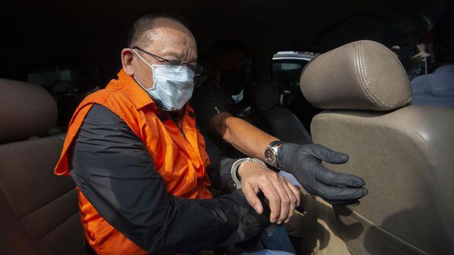 Tersangka kasus dugaan suap gratifikasi senilai Rp46 miliar, Nurhadi memasuki mobil usai menjalani pemeriksaan di Gedung KPK, Jakarta, Selasa (2/6/2020). KPK menangkap Nurhadi yang merupakan mantan Sekretaris Mahkamah Agung (MA) dan menantunya, Riezky Herbiyono di Simprug, Jakarta Selatan pada Senin (1/6) malam setelah buron sejak hampir empat bulan lalu. ANTARA FOTO/Aditya Pradana Putra/hp.