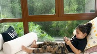 <p>Ya ampun kalau sudah main game, si Bambang serius banget ya. Enggak lupa rambutnya ikut dicempol ke atas nih, Bunda. (Foto: Instagram @meisya_siregar)</p>