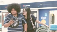 Hayoo siapa Bunda yang suka kepo sama isi handphone suami kaya gini? Hal lucu semacam ini bisi bikin hubungan tambah mesra ya, Bunda. (Foto: Instagram @fatiyw)