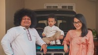 Merayakan Lebaran kemarin dengan di rumah saja. Bambino yang makin besar sudah pintar bergaya lho. (Foto: Instagram @fatiyw)