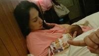 Indra menemani Mona bergadang mengurus Numa. Wajah ngantuk dan lelah tampak terlihat di wajah Mona dan Indra ya, Bunda. (Foto: Instagram @indrabrasco)