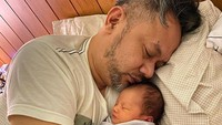 Bahkan, sama Ayah Indra dikeloni sampai tertidur pulas lho. So sweet banget ya, Bunda. (Foto: Instagram @monaratuliu)