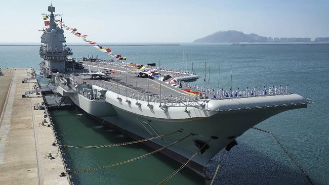 Kapal induk China, Shandong, berlayar melewati Selat Taiwan untuk melakukan latihan di Laut China Selatan, Minggu (20/12).