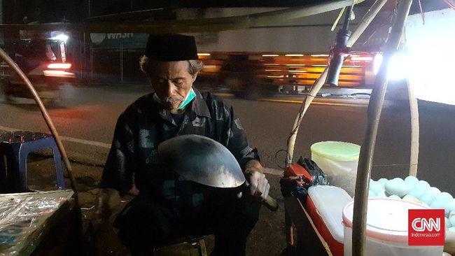 Penjual kerak telor di depan Asrama Haji, Pondok Gede, Jakarta Timur.