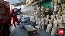 FOTO: Pasar Tanah Abang Disemprot Disinfektan