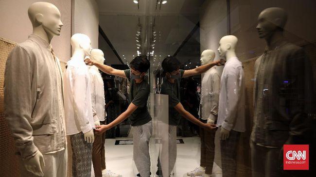 Pegawai toko menyiapkan produk fashion di salah satu retail di pusat perbelanjaan Lotte Avenue, Jakarta, Kamis, 4 Juni 2020. Kegiatan sosial ekonomi di pusat perbelanjaan akan dibuka Senin 15 Juni 2020. CNNIndonesia/Safir Makki