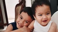 <p>Kedua putra Revalina kompak nih, Bunda. Sang kakak Righa sayang banget dengan adiknya Rajendra. (Foto: Instagram @vatemat)</p>