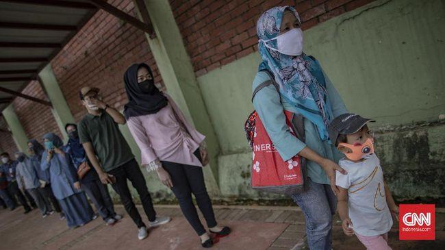 Simulasi new normal yang dilaksanakan di Taman Mini Indonesia Indah (TMII), Jakarta, Kamis, 4 Juni 2020. Menanggapi rencana berakhirnya PSBB dan dibukanya kembali sejumlah tempat wisata di Jakarta, TMII menyiapkan sejumlah protokol kesehatan lengkap bagi para pengunjung dan karyawan, diantaranya, wajib menggunakan masker, pengecekan suhu, menyiapkan klinik kesehatan di sejumlah titik, menyediakan tempat cuci tangan, dan membatasi jumlah pengunjung hingga 50%. CNN Indonesia/Bisma Septalisma