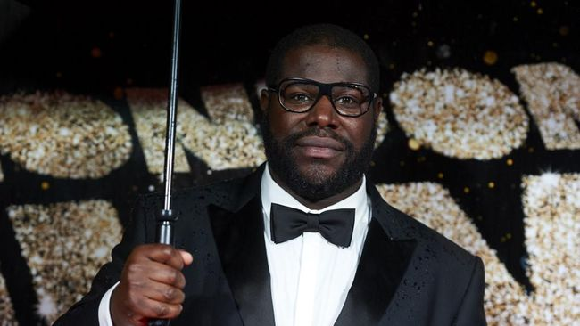 British director Steve McQueen poses for photographers on the red carpet as he arrives for the BFI London Film Festival Awards in central London on October 15, 2016. (Photo by Niklas HALLE'N / AFP)